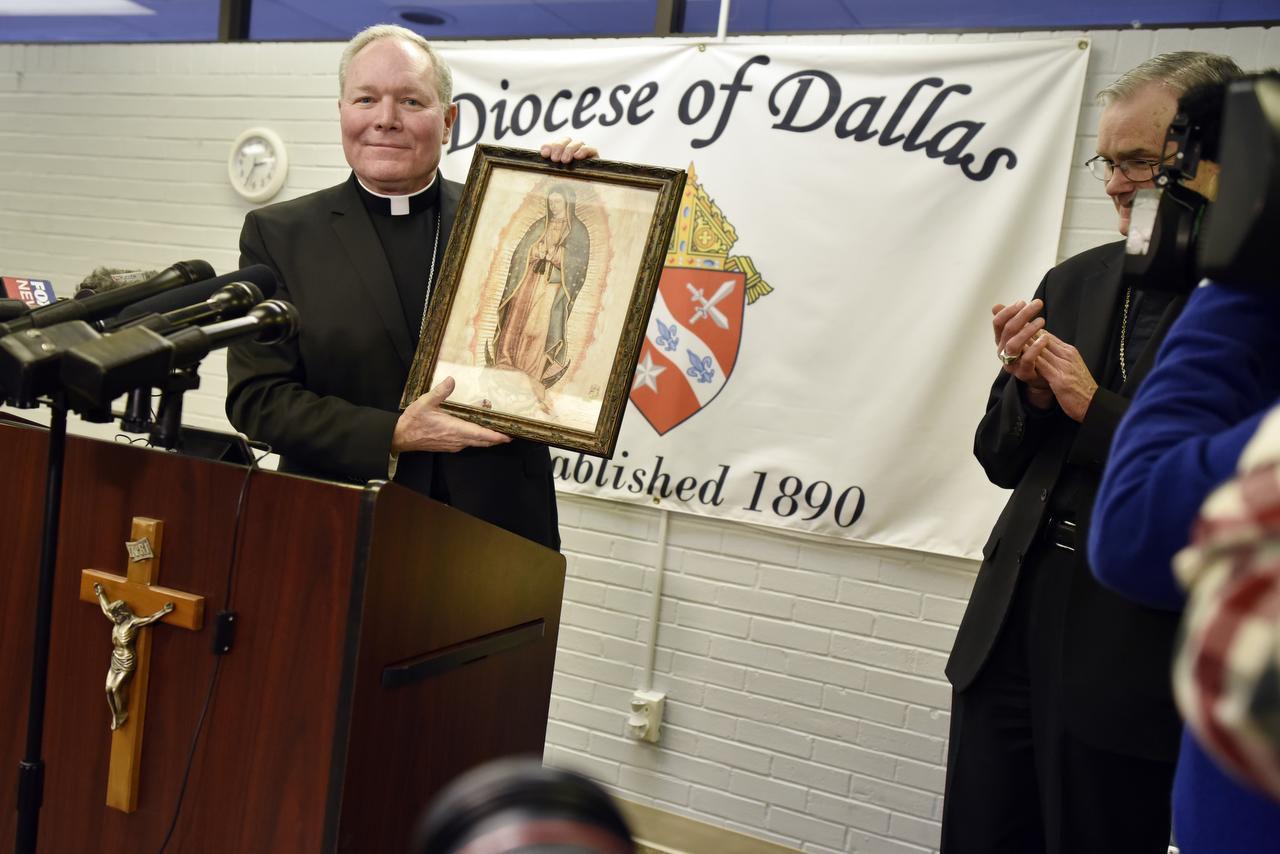 El obispo de Dallas Edward J. Burns muestra una imagen de la Virgen de Guadalupe durante su presentación en diciembre pasado.