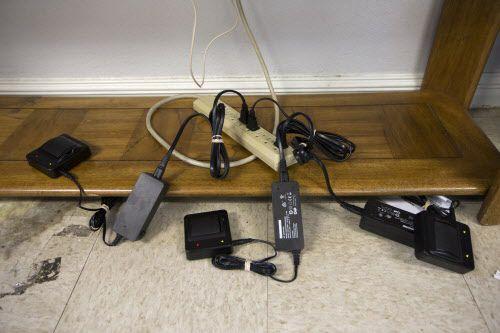 Los monitores que los indocumentados llevan en sus tobillos deben ser recargados continuamente. NATHAN HUNSINGER/DMN