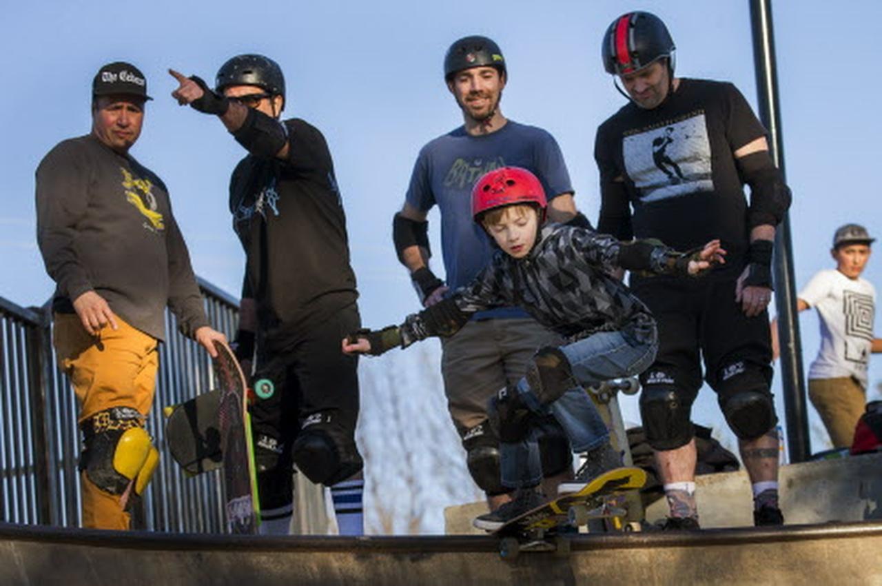 Henry Christie, de 9 años, junto a su padre Warren y Clinton Haley (segundo desde la der.), quien lidera un esfuerzo para que Dallas tenga un sitio para skaters. (DMN/SMILEY N. POOL)