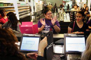 Jeanette Sanchez reacciona alegremente después de comprar productos de la colección de cosméticos MAC Selena. Sanchez estuvo entre decenas de mujeres de Dallas que se formaron en NorthPark Center para comprar productos de esta linea de maquillaje el día de su lanzamiento el 6 de octubre 2016 (Rose Baca/DMN)