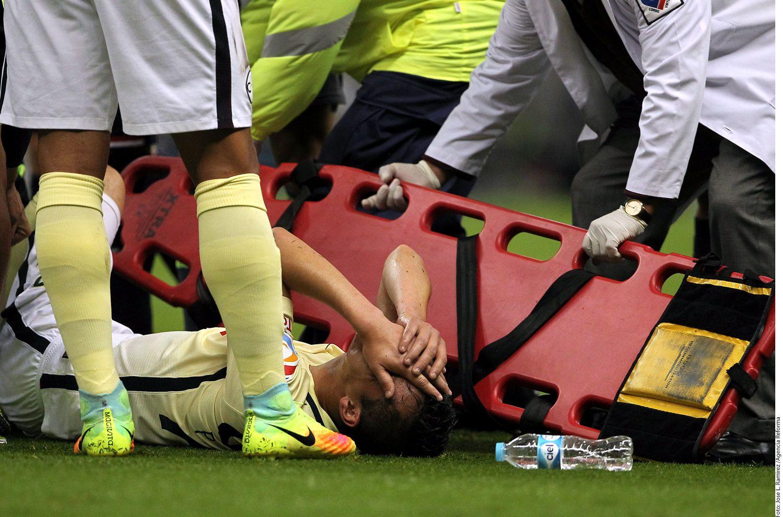 El defensa del América, Paul Aguilar, sufrió una lesión en su rodilla en el partido ante el Veracruz, por lo que fue trasladado al hospital. AGENCIA REFORMA
