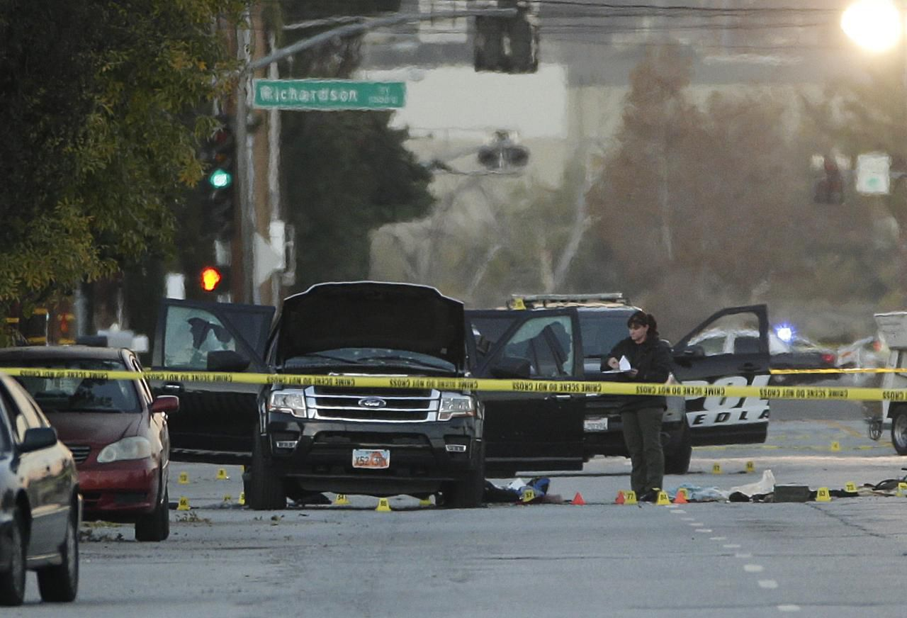 La SUV negra que fue baleada con los sospechosos de la matanza de San Bernardino, Calif. (AP/JAE C. HONG)