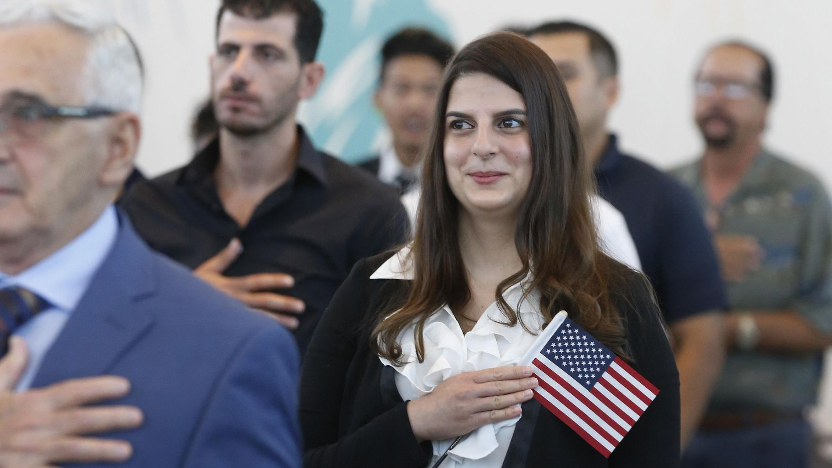 Rocío Golan Dosaiguas de Cuba participa en una ceremonia de naturalización en Irving. DMN