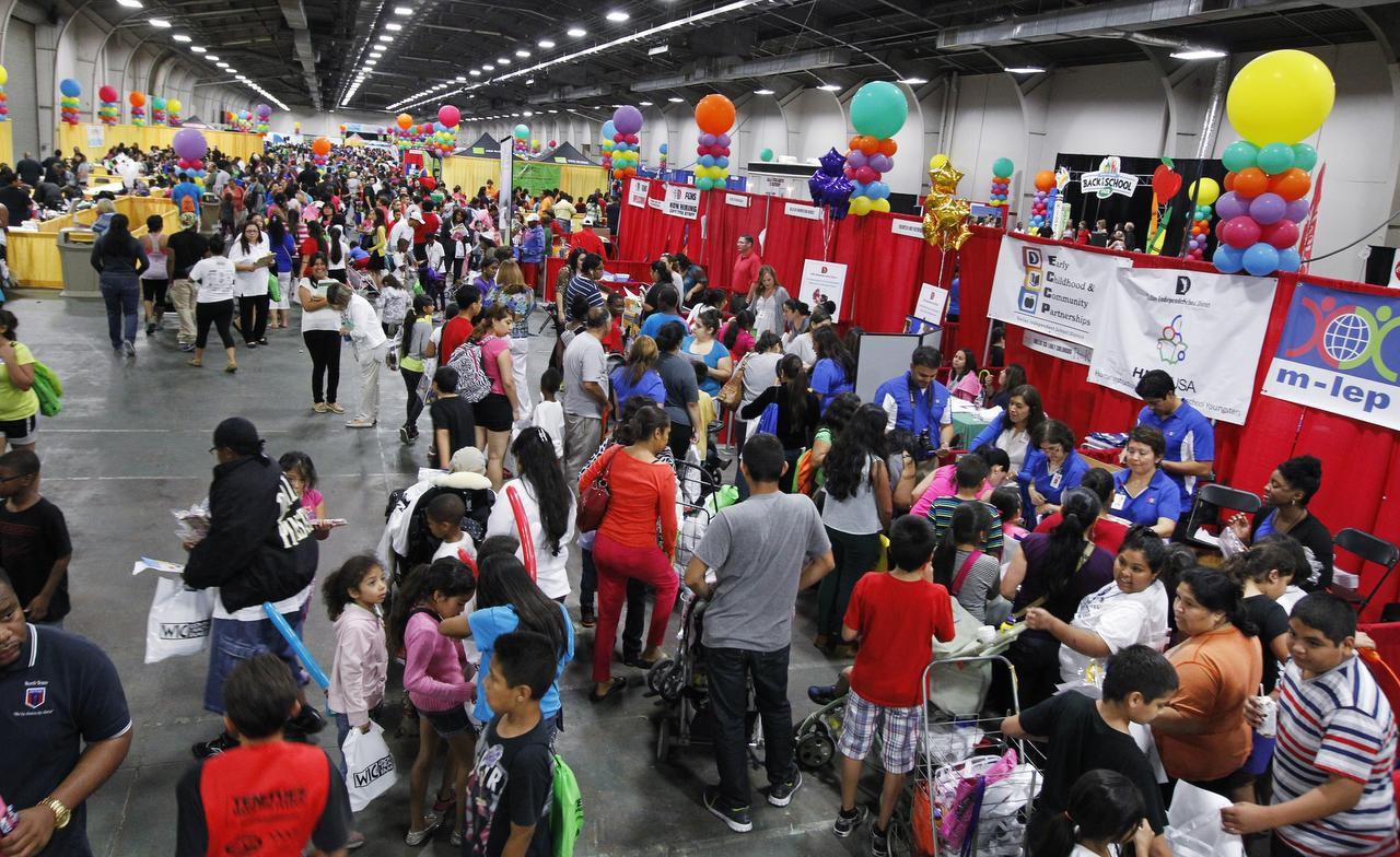 Miles de personas asistieron al Centennial Building el año pasado para recibir útiles escolares y más en la Feria del Alcalde. DMN