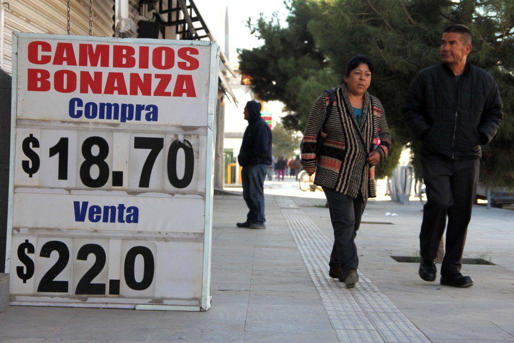 El cambio del dólar estadounidense se ve en una oficina de cambio en Ciudad Juárez, estado de Chihuahua, México el 9 de noviembre de 2016. (AP)