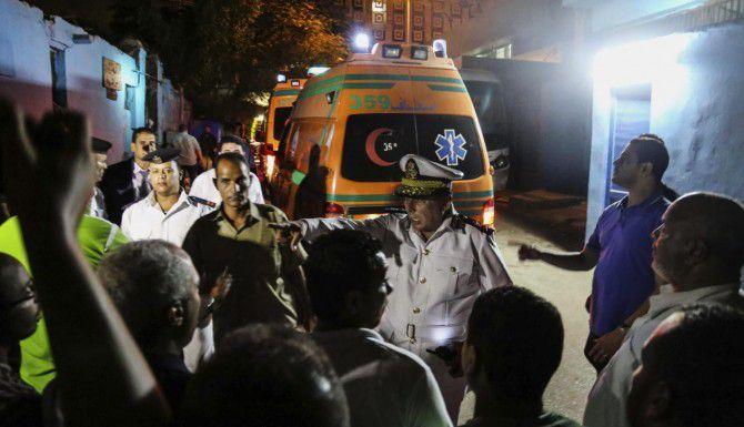 Ambulancias en El Cairo, Egipto, transportan a las víctimas del ataque de fuerzas de seguridad contra un grupo de turistas mexicanos. (AP/MOHAMED ELRAAI)