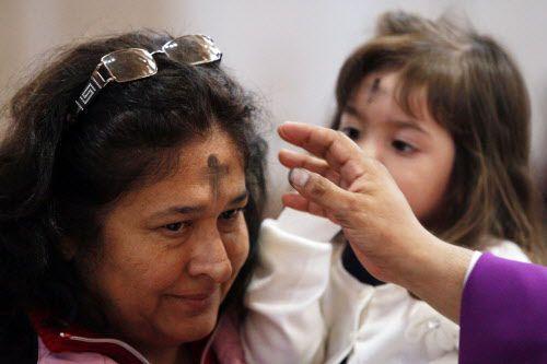 María Gallo recibe la cruz de ceniza a cargo del padre Cruz Calderón, en la iglesia Santa Clara, en Dallas.