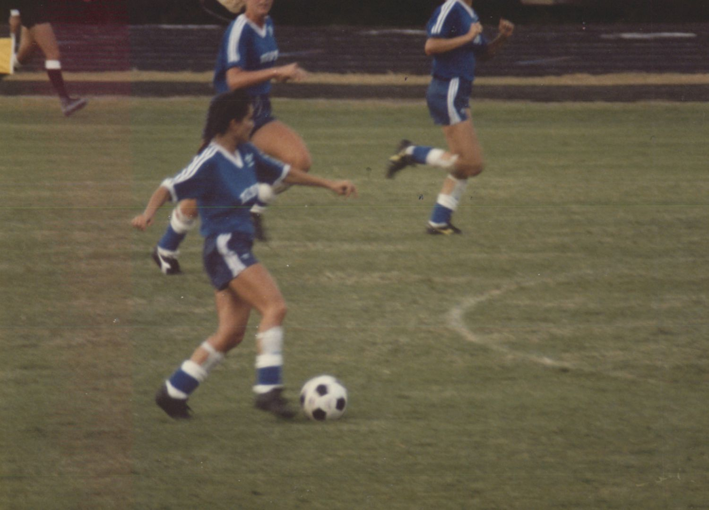 Laura Anton patea un balón durante un partido del Olympic Festival de 1986, en Houston. ESPECIAL PARA DMN.