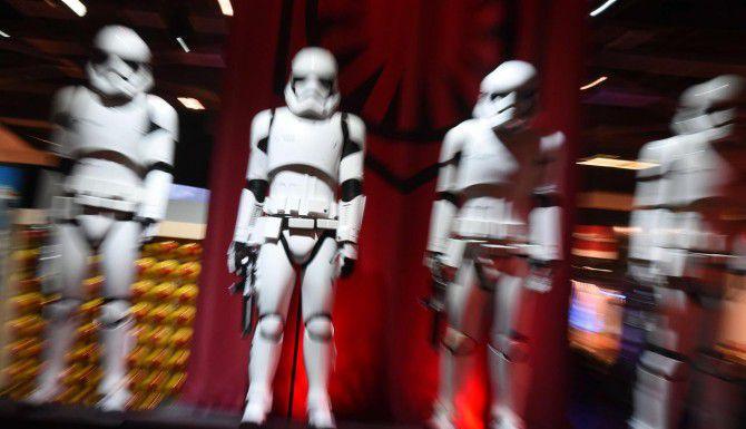 Stormtroopers son parte del D23 EXPO en el centro de convenciones de Anaheim. Disney tendrá dos paseos con el tema de Star Wars en sus parques de diversiones. (AFP/GETTY IMAGES/MARK RALSTON)