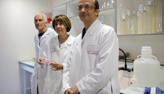 El equipo de investigadores franceses que desarrollaron esperma humana en un laboratorio. (AP/LAURENT CIPRIANI)