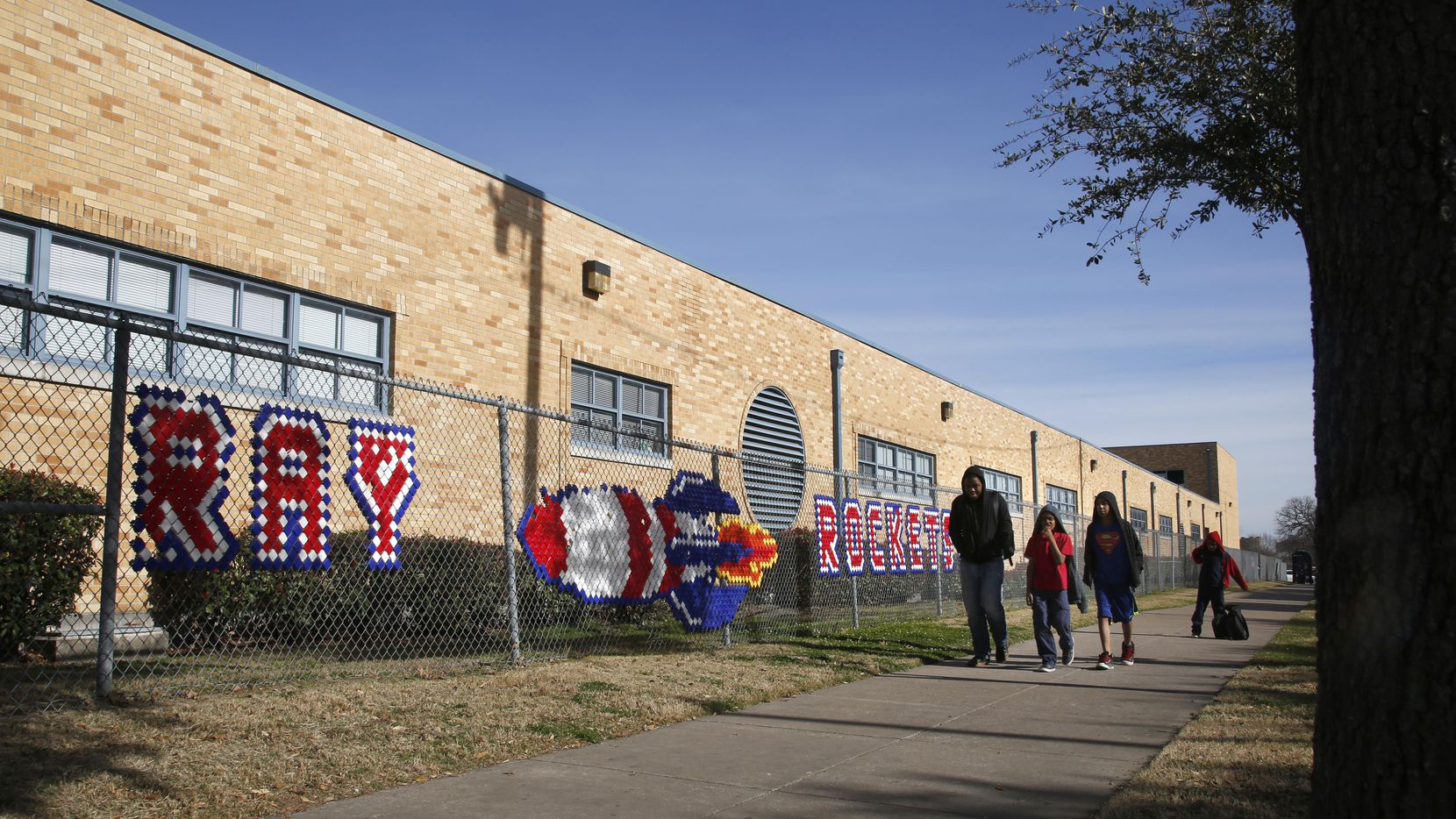 Un grupo de estudiantes cruza la calle en las afueras de la escuela J. W. Ray Learning Center, que podría cerrar por su bajo desempeño. GUY REYNOLDS/DMN