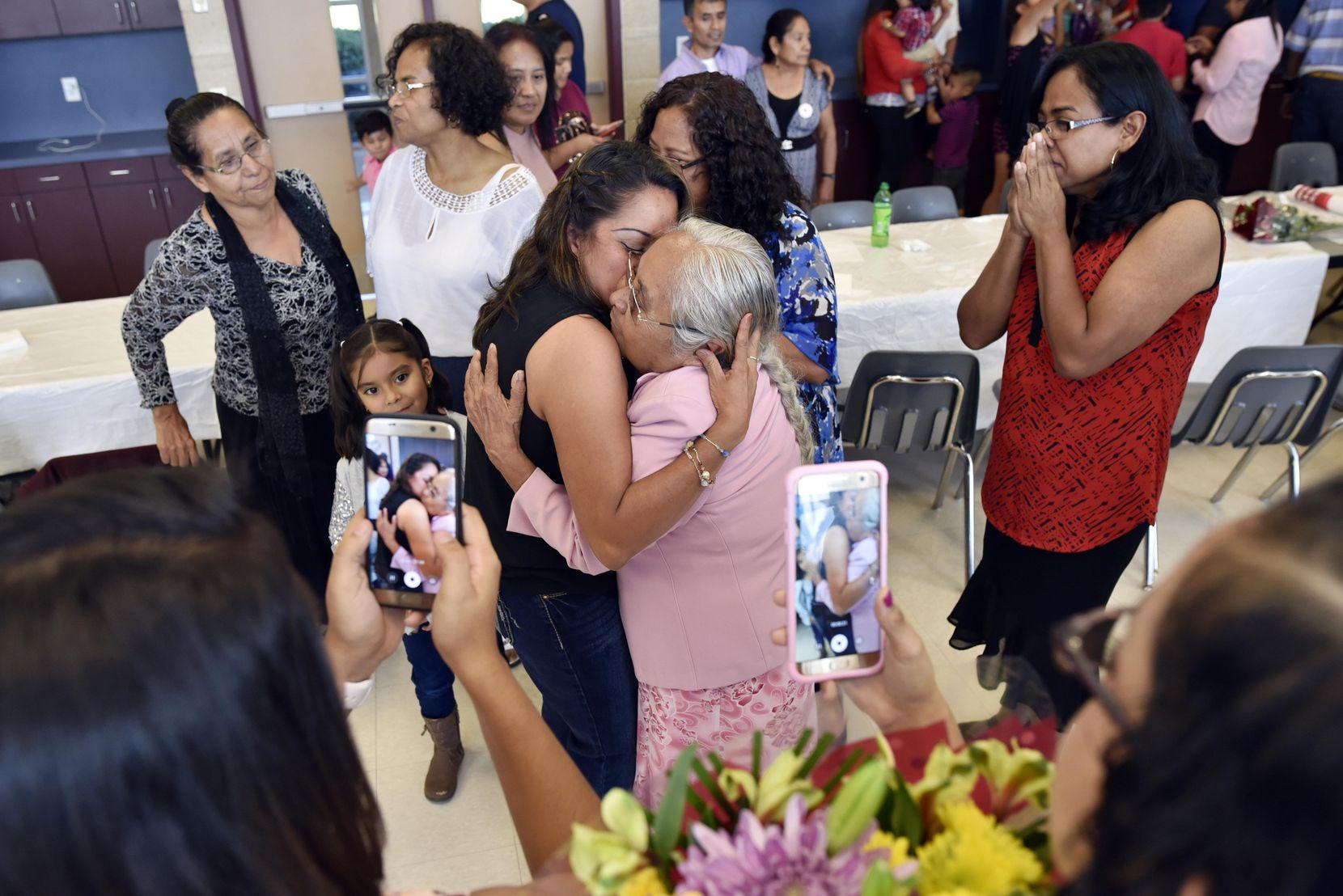 Alicia Sánchez no veía a su madre desde hace 22 años. Finalmente se pudo reunir con ella en Garland, gracias a un programa de morelenses.BEN TORRES/AL DIA