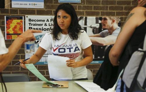 Liz Magallanes, activista de Mi Familia Vota, registra votantes en Irving. DMN /RON BASELICE