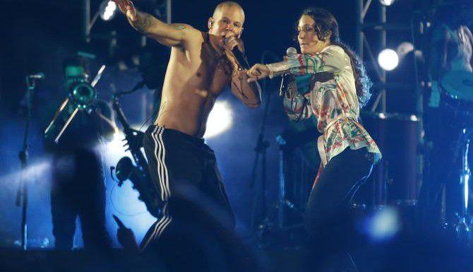 René Pérez (Residente) e Ileana Cabra (PG-13) durante una actuación de Calle 13, la agrupación tiene nueve candidaturas al Latin Grammy (AP/DOLORES OCHOA/AP)