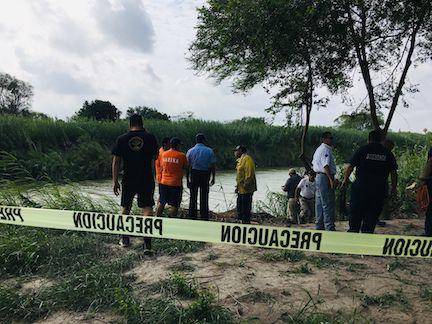 Autoridades acordonaron el área donde fueron encontrados los cuerpos de Óscar Alberto Martínez Ramírez y su hija Valeriaa la orilla del Río Bravo, en Matamoros, México. (AP Photo/Julia Le Duc)