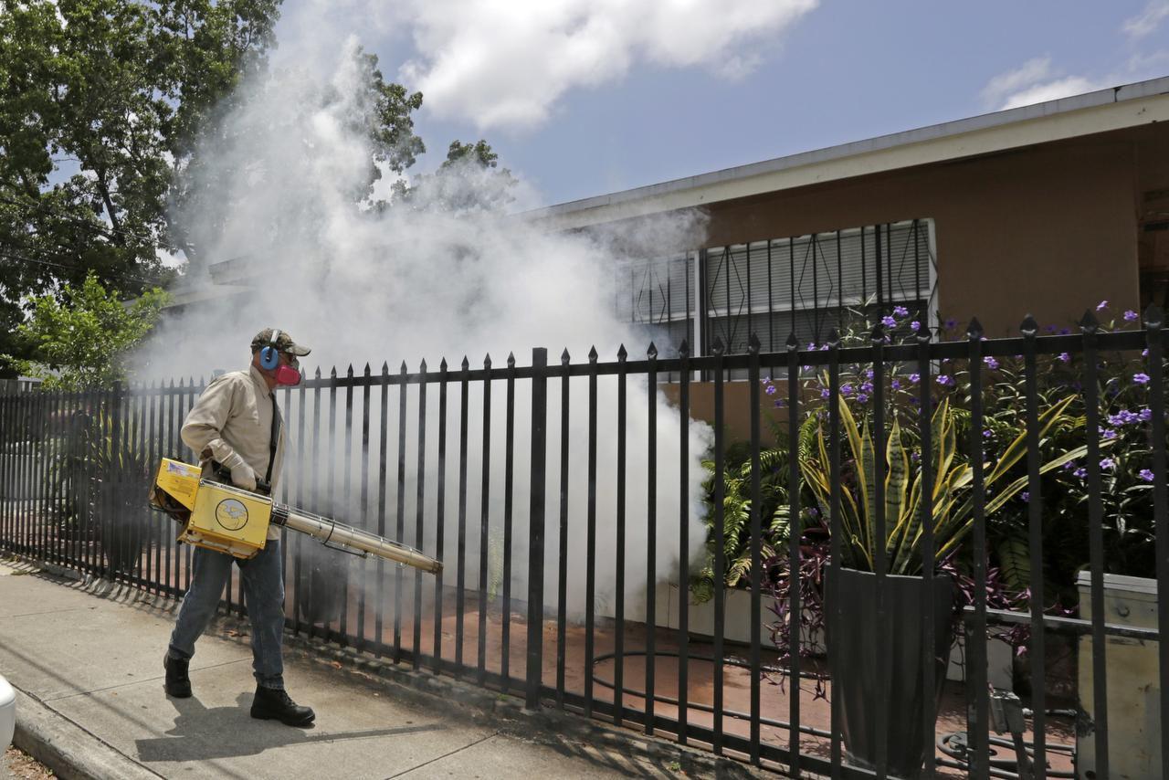 Un trabajador fumiga una zona del vecindario Wynwood, donde se han focalizado los contagios de zika en Miami. (AP/ALAN DÍAZ)
