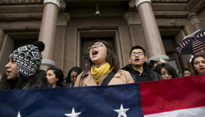 La propuesta para impedir que los indocumentados paguen colegiaturas preferneciales en universidades públicas de Texas no ha logrado conseguir los votos necesarios en la Legislatura. (AP/ARCHIVO)