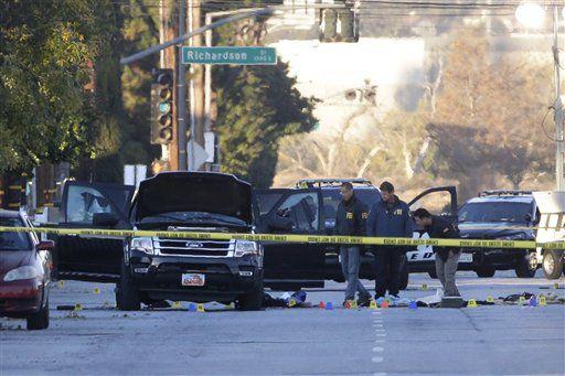 Las autoridades investigan el lugar donde se llevó a cabo una balacera entre la policía y los sospechosos del tiroteo en San Bernardino. / AP