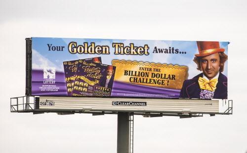 La Lotería de Texas promueve su nuevo juego Willy Wonka Golden Ticket.  ——-  Un boleto de lotería Willy Wonka Golden Ticket cuesta $10, para ganar $1,000 millones hay que inscribir el boleto en línea con un número que hay que raspara para encontrarlo. (DMN  ——-  DMN/SMILEY POOL  ——-  DAVE LIEBER)