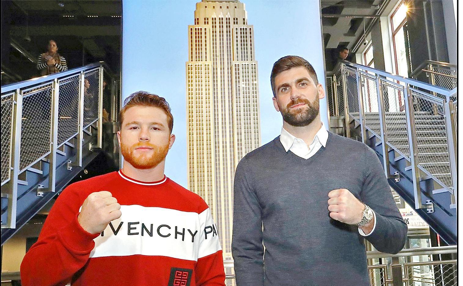 Saúl Álvarez (izq.) posa junto a su rival, Rocky Fielding, con el Empire State de Nueva York de fondo.(AGENCIA REFORMA)