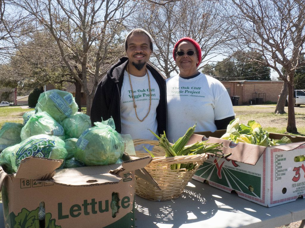Ples Montgomery (left) and mother Bettie Montgomery (right), of the Oak Cliff Veggie Project in Dallas. Each third Saturday of the month, this initiative provides fresh vegetables to the community free of charge.