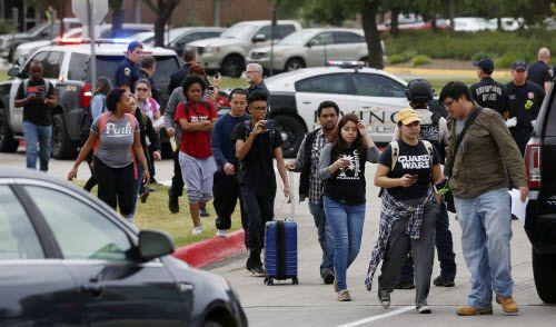 Un grupo de estudiantes fueron desalojados por la presencia de un hombre armado en North Lake College, en Irving, el miércoles. Una joven fue asesinada.