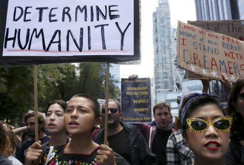 Un grupo protesta por la cancelación de DACA el pasado 9 de septiembre. Un grupo cuyas aplicaciones se retrasaron en el correo podrán resolicitar el beneficio. NYT