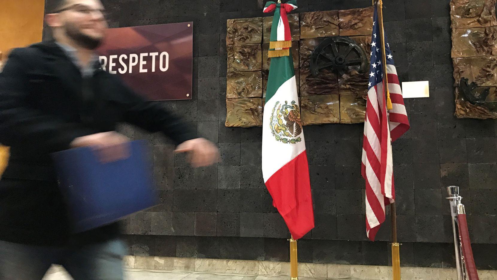 Las banderas de México y Estados Unidos en el Consulado Mexicano en El Paso, Texas. AL DIA