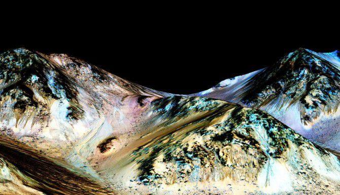 Esta imagen de la NASA muestra canales oscuros y largos, que estarían formados por agua. (AFP/Getty Images/-)
