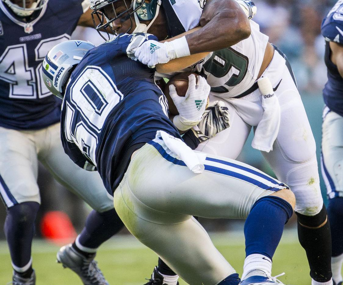 Sean Lee (50) de Dallas tacleó a su excompañero DeMarco Murray (29) durante el juego contra Filadelfia el 20 de septiembre en el Lincoln Financial Field. Dallas ganó 20-10. (Staff Photographer/ASHLEY LANDIS)