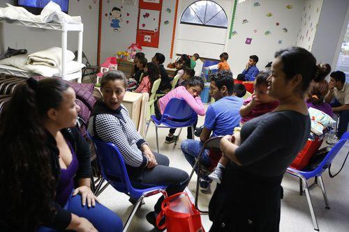 Niños y padres de familia esperan en Humanitaria Respite Center en McAllen. NATHAN HUNSINGER/DMN
