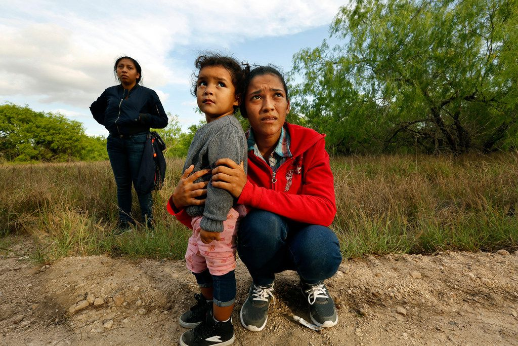 Lirio Funes, 20, holds onto her daughter Melissa Funes, 2, just after being detained by local officials after crossing the U.S. - Mexico border on March 15, 2018 in McAllen, Texas. (Carolyn Cole/Los Angeles Times/TNS)