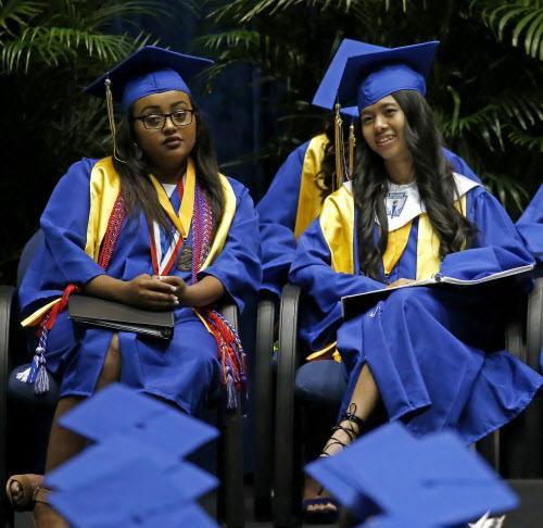 Eleni T-Giorgs y Bae Shae fueron las mejores graduadas en una escuela llena de inmigrantes y refugiados.