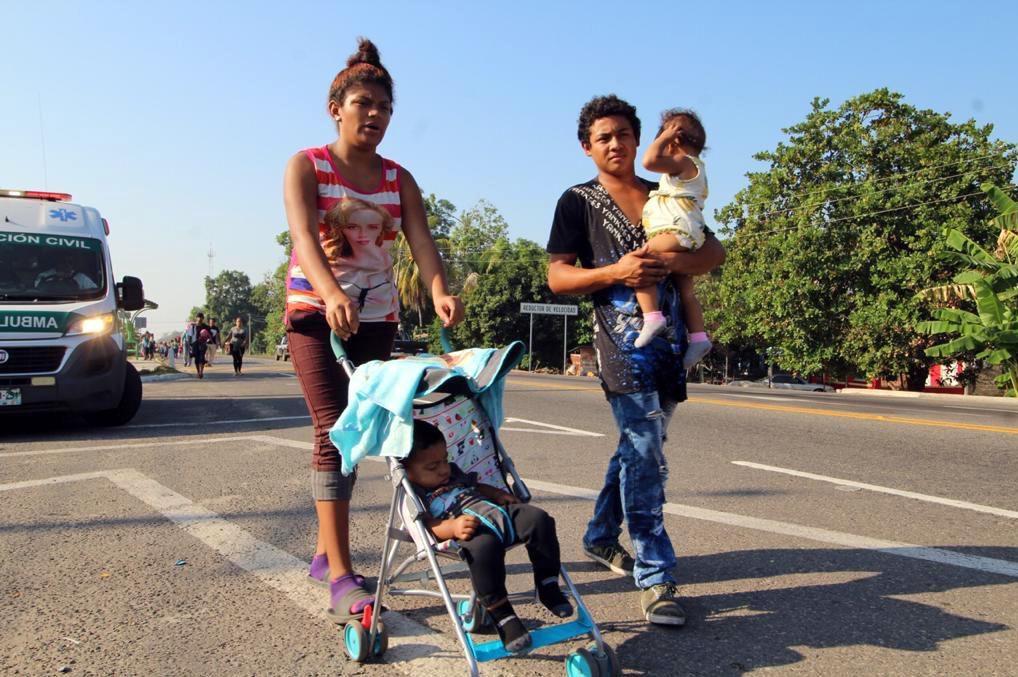 Una familia migrante de Centroamérica camina por las calles de San Cistobal de las Casas, en Chiapas, México.(AGENCIA REFORMA)
