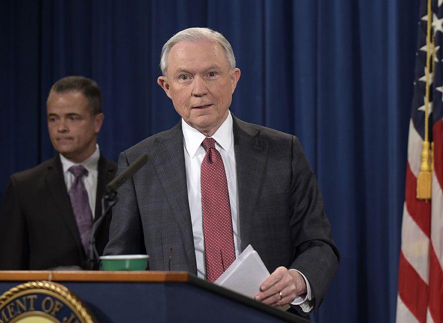 El procurador general Jeff Sessions habla en el Departamento de Justicia el jueves, 2 de marzo de 2017. Foto AP.