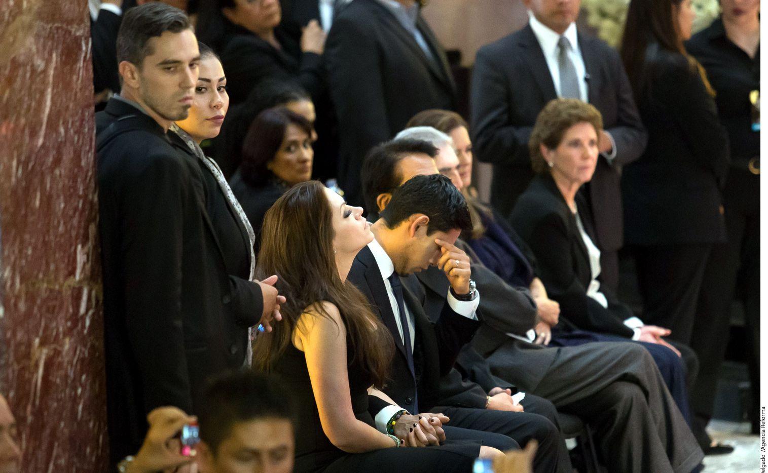 Iván Gabriel Aguilera, hijo del cantautor Juan Gabriel (al centro), lloró constantemente por su padre./AGENCIA REFORMA