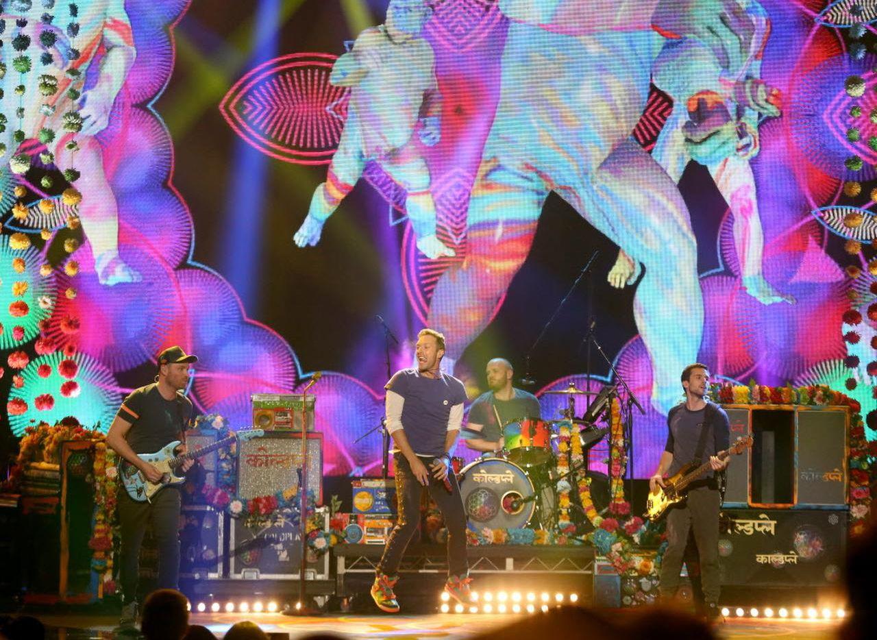 """Coldplay interpreta """"Adventure of a Lifetime"""" durante la entrega de los American Music Awards. La banda británica anunció una gira veraniega en Estados Unidos, que incluy el AT&T Stadium en Arlington. (AP/MATT SAYLES)"""