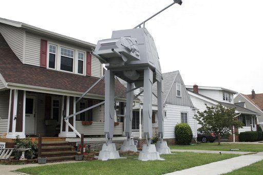 """El adorno de Halloween de """"Star Wars"""" es una réplica de un AT-AT. (AP)"""