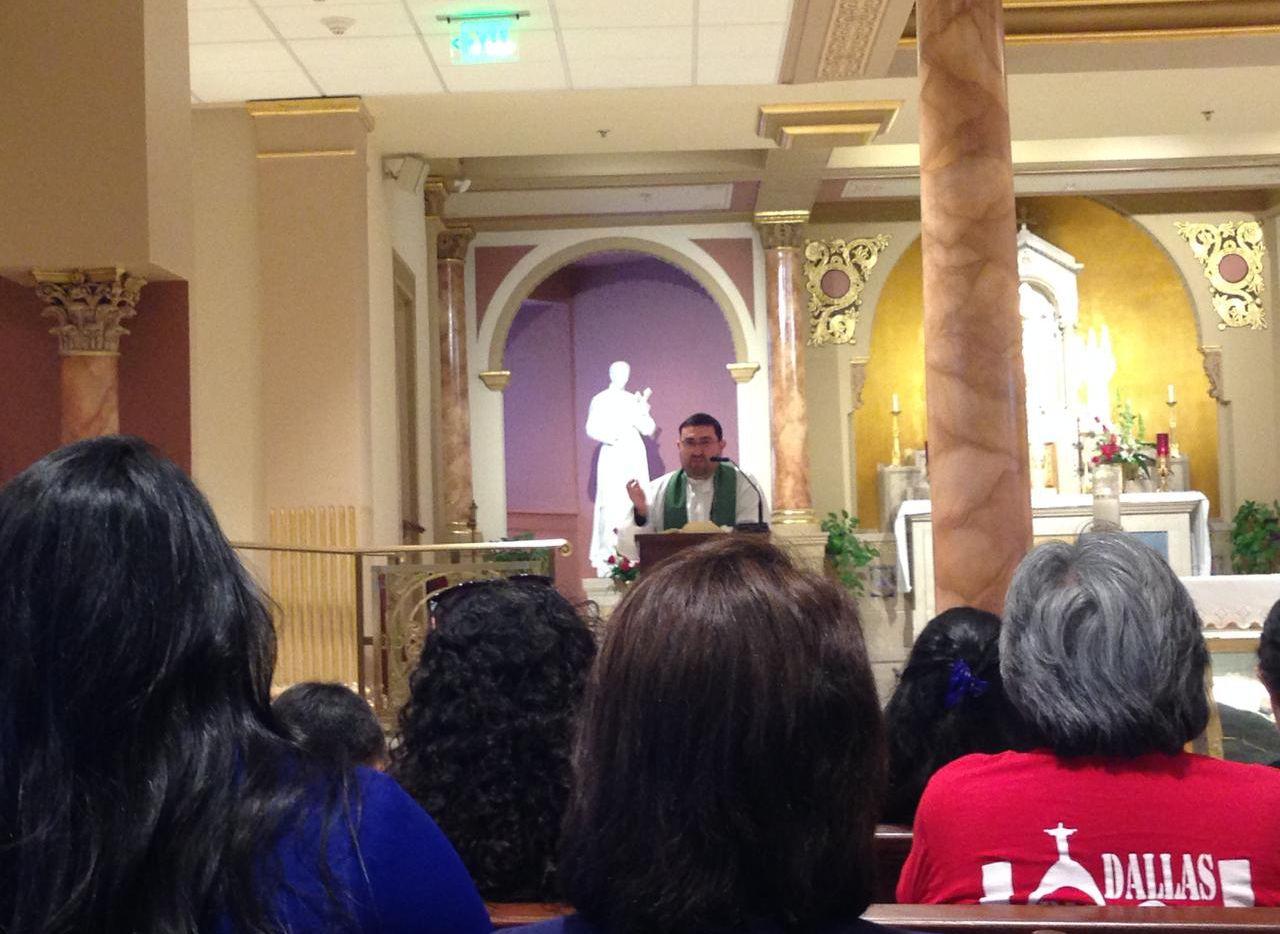 El padre Heriberto de León celebra una misa en Filadelfia.(KARINA RAMÍREZ/AL DÍA)