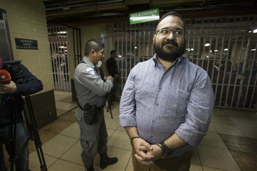 l exgobernador mexicano del estado de Veracruz, Javier Duarte, llega a una audiencia en Ciudad de Guatemala el martes 4 de julio de 2017. Duarte, capturado en Guatemala en marzo de 2017, aceptó ser extraditado a México. (AP Foto/Moises Castillo)