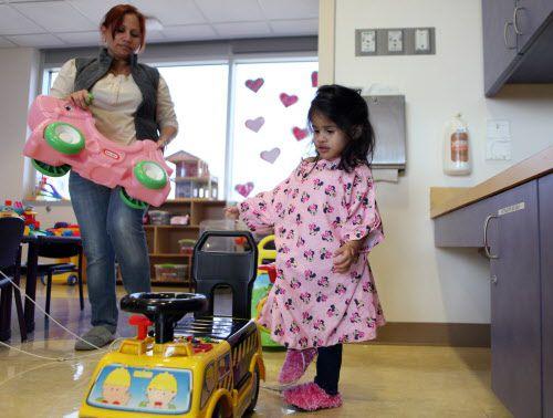 Karen Perdomo juega con su nieta Ximena Rodríguez, de Honduras. La niña fue sometida a una operación de corazón abierto en el hospital Children's de Dallas. (Ben Torres/Especial para Al Día)
