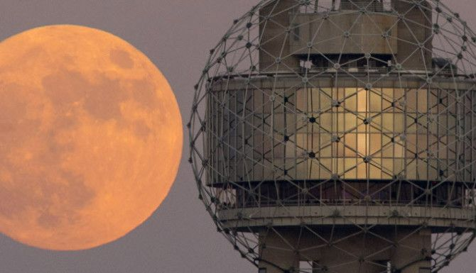 La Súper Luna desde el Reunion Tower en Dallas. / Tom Fox/ DMN