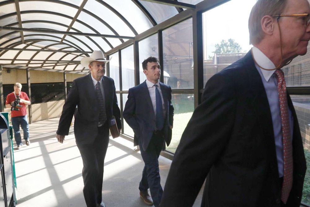Manziel junto a su abogado. Fotos DMN