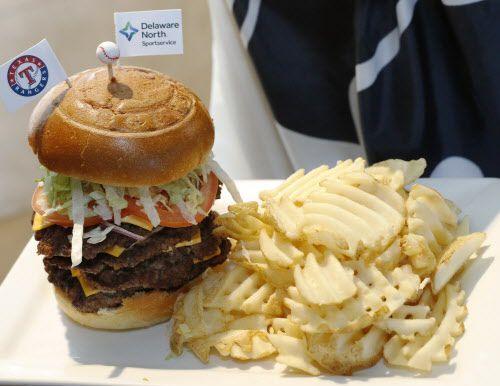 Homerun cheeseburger, cuatro pisos de carne por cada base del beisbol. DMN