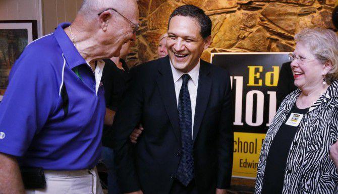 El abogado Edwin Flores (centro) regresa a la mesa directiva del DISD tras ganar su elección el sábado. (DMN/KYE R. LEE)