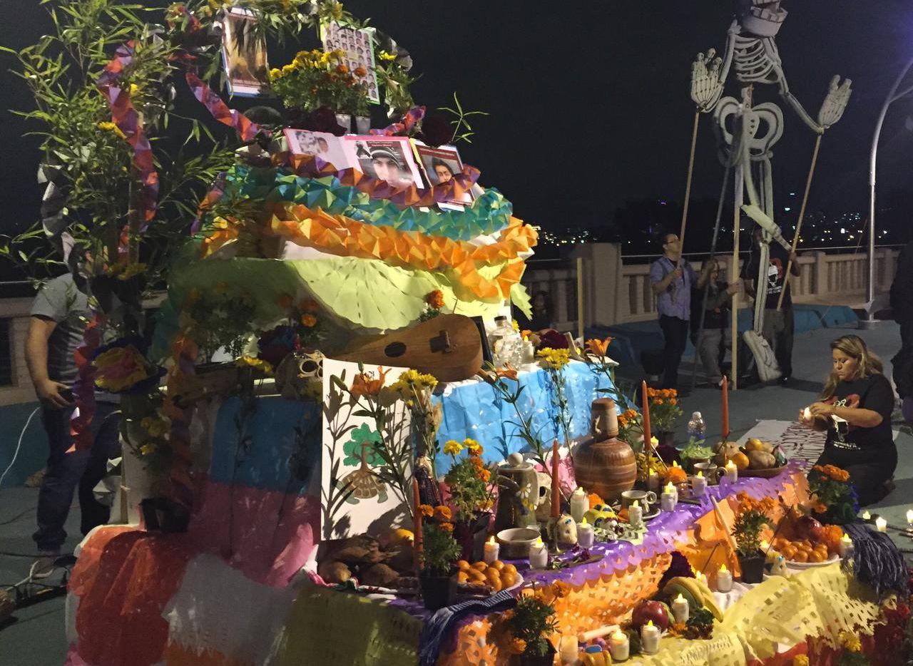 Activistas crearon en el puente Continental un altar del Día de Muertos en honor a los 43 estudiantes desaparecidos en Ayotzinapa, Guerrero,(DMN)