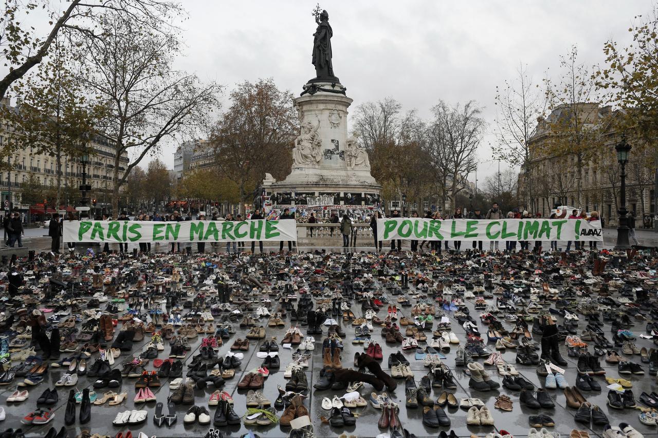 Cientos de pares de zapatos son parte de una protesta por el cambio climático en París. (AP/LAURENT CIPRIANI)
