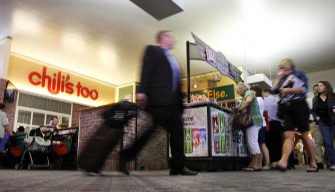 El cabildo de Dallas autorizó a los comerciantes del aeropuerto Love Field aumentar sus precios, ya que supuestamente no están obteniendo ganancias. (DMN/JOHN F. RHODES)