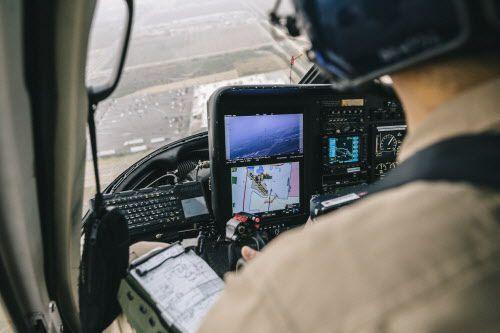 Un agente de la Patrulla Fronteriza opera una cámara infrarroja desde un helicóptero cerca de McAllen, Texas. Foto WILLAIM WIDMER, THE NEW YORK TIMES
