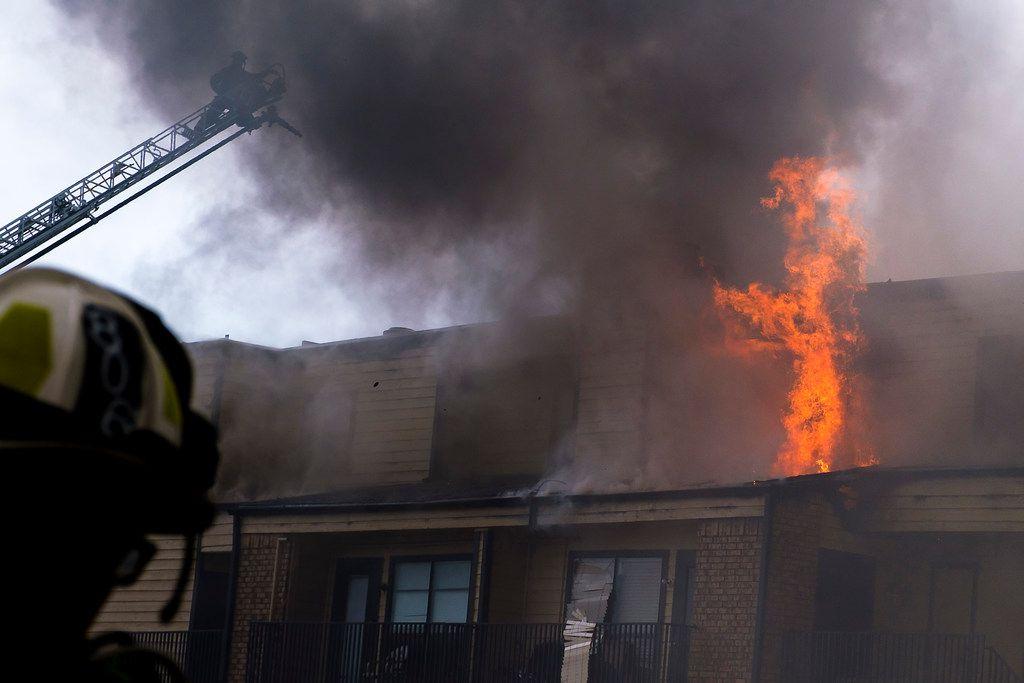 El flagelo comenzó como un incendio de dos alarmaspero fue elevadode cateogría las 1:30 p.m. SMILEY POOL/DMN